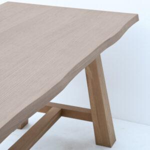 Tavolo rovere in legno massello con bordo naturale