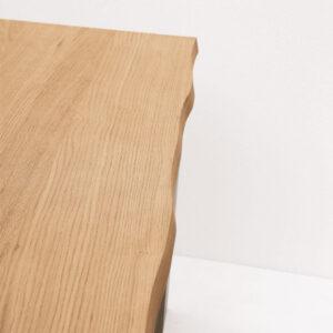 Tavolo stile industriale in legno e metallo con bordo naturale dettaglio